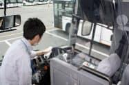 運転席に飛沫感染防止のシートを設置し、運行後には除菌清掃する