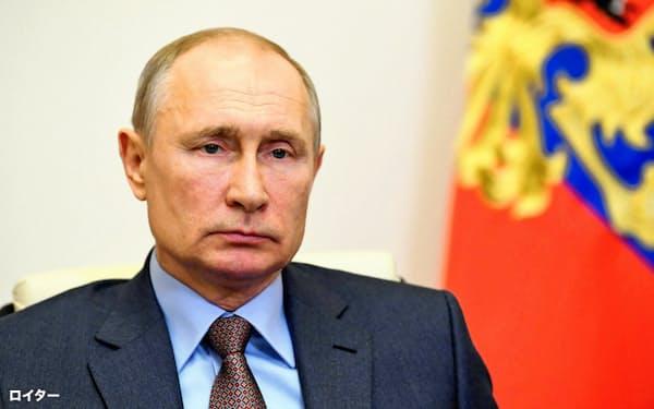 2021年までの経済復興計画について報告を受けたプーチン氏(2日、モスクワ郊外)=ロイター