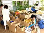 商工会の呼びかけで在庫を抱えた町内の企業など参加した(3日、香川県三木町)