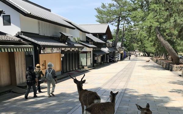 大仏殿の拝観再開後も東大寺門前の観光客はまばらだ(2日、奈良市)
