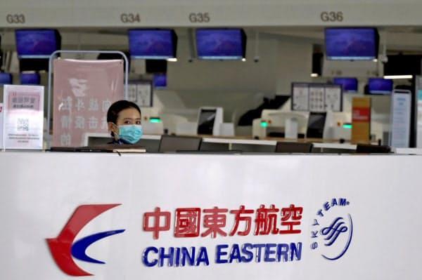 運航便禁止の対象となる中国の航空会社4社の一つ、中国東方航空のカウンター(2月、北京)=ロイター