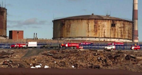 燃料が流出する事故が起きたノリリスクの施設周辺を走る緊急車両(3日、ロシアメディアが公開した動画より)=AP