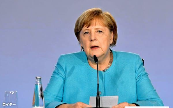 3日夜、新たな景気対策を発表するドイツのメルケル首相(ベルリン)=ロイター