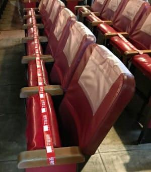 再開した浅草演芸ホールの座席。使用禁止のテープを半分以上の席に貼り、観客が「密」の状態にならないようにしている