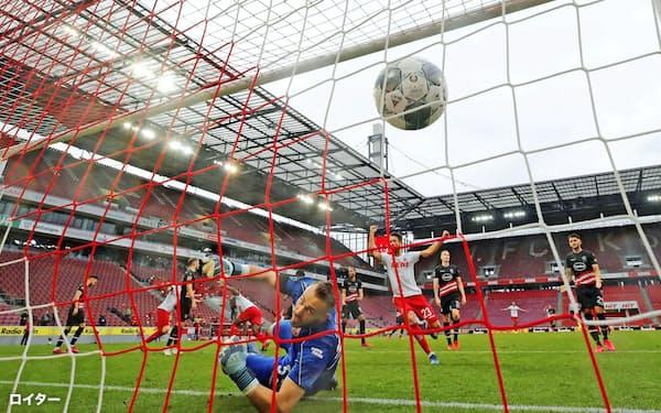 24日に無観客で行われたドイツ1部リーグのデュッセルドルフ戦で得点するケルンのコルドバ(中央)=ケルン(ロイター=共同)