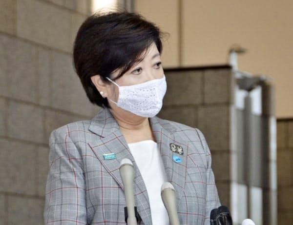 報道陣の取材に応じる東京都の小池百合子知事=4日午前、東京都庁