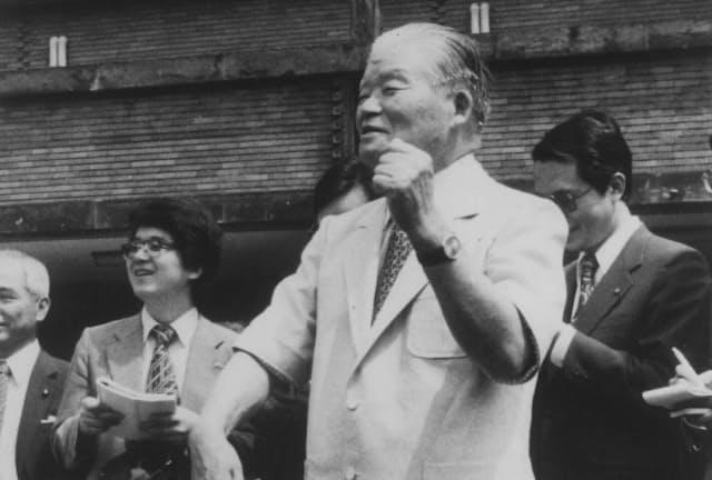 省エネルギーをPRするため、省エネルックの半袖スーツを着てポーズをとる大平正芳首相(1979年、首相官邸)