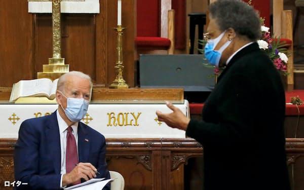 デラウェア州ウィルミントンの黒人教会を訪問したバイデン氏(左)=ロイター