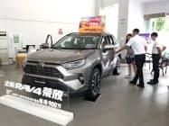 トヨタ自動車の5月の中国新車販売は、「RAV4」など主力車が好調で前年同月比2割伸びた(広東省広州市の販売店)