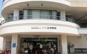 汐田総合病院では入口前での検温など感染防止対策を徹底している(5月28日)