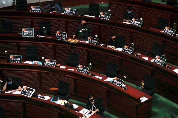 民主派は国歌条例に抵抗したが、数で押し切られた(4日、香港)=ロイター