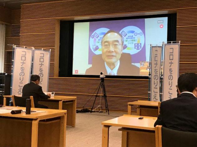 テレビ会議システムで開催した全国知事会議で説明する飯泉嘉門会長(徳島県知事)(4日、東京・千代田)