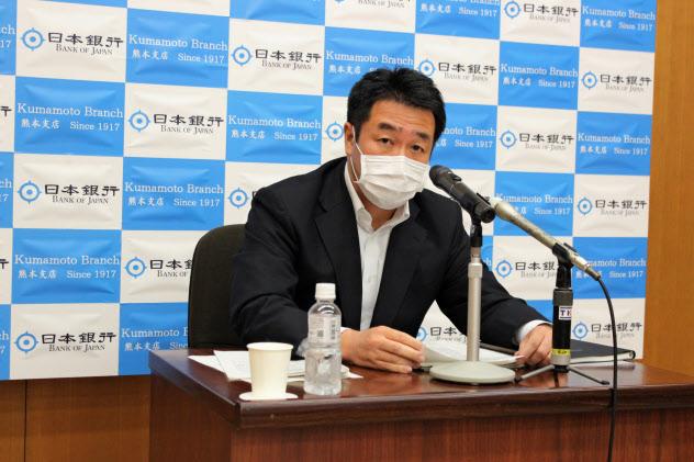記者会見する日銀熊本支店の中村支店長(4日、熊本市)