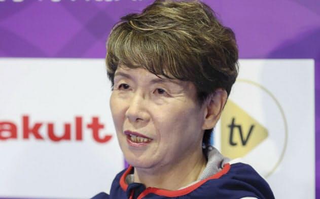 取材に応じるアーティスティックスイミング日本代表の井村雅代ヘッドコーチ=共同