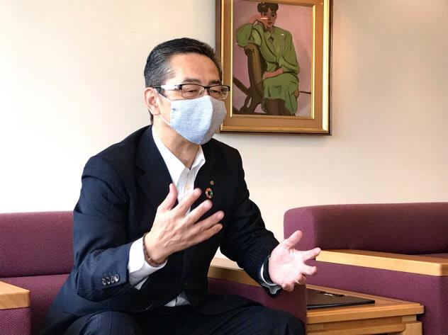 インタビューに答える百十四銀行の綾田頭取(4日、高松市)