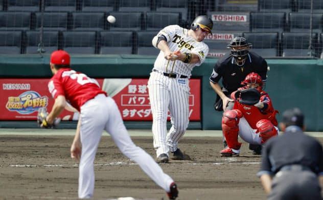 広島との練習試合の3回、2ランを放つ阪神・ボーア。投手薮田、捕手坂倉(4日、甲子園)=共同