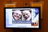 オンライン会議に先立ち、画面に映し出されるモリソン首相(左)とモディ首相(4日、キャンベラ)=AAP