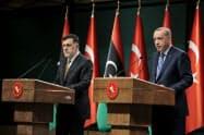 4日、共同記者会見するリビアのシラージュ暫定首相(左)とトルコのエルドアン大統領(アンカラ)=アナトリア通信