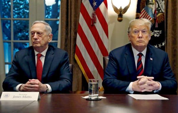 マティス前国防長官(左)はトランプ大統領のシリア撤退決定に抗議して政権を去った=ロイター