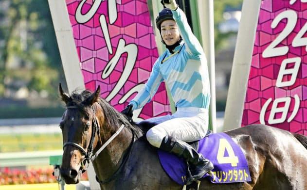 松山はオークスで優勝するなど牝馬2冠の騎乗も印象的だった=共同
