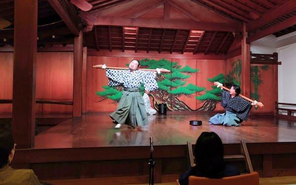 中村鴈治郎(左)と茂山逸平がにぎやかに演じたわかぎゑふの新作狂言。客席は1メートル以上の間隔をあけて設けられた