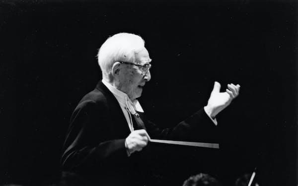 ブルックナーの交響曲を指揮する朝比奈隆(1998年)=大阪フィルハーモニー交響楽団提供