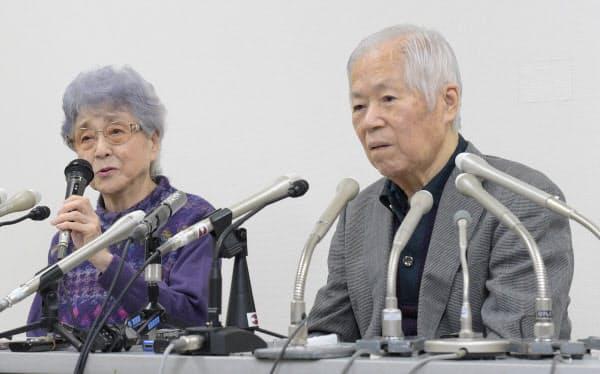 娘のめぐみさんが拉致された日に記者会見する横田滋さん(右)、早紀江さん夫妻(2017年11月、川崎市)