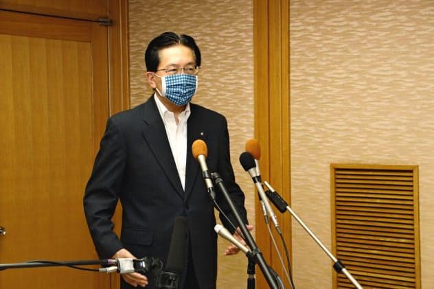 報道陣の質問に答える達増知事(5日、岩手県庁)