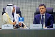 2019年12月のOPECプラスの会合に出席したサウジのアブドルアジズ・エネルギー相(左)とロシアのノワク・エネルギー相=ロイター