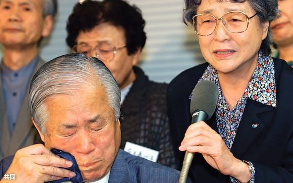 2002年9月、娘のめぐみさんが死亡したと聞かされ涙を流す横田滋さん(左)(衆院第1議員会館)=共同