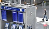 EUは域外からの渡航制限の緩和を検討する(3日、ドイツ・デュッセルドルフの空港)=AP