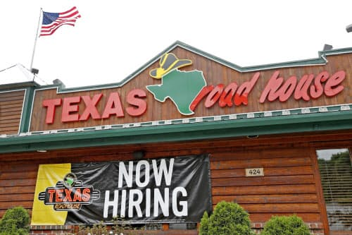テキサス州のレストランでは「求人中」の看板が見えた=AP