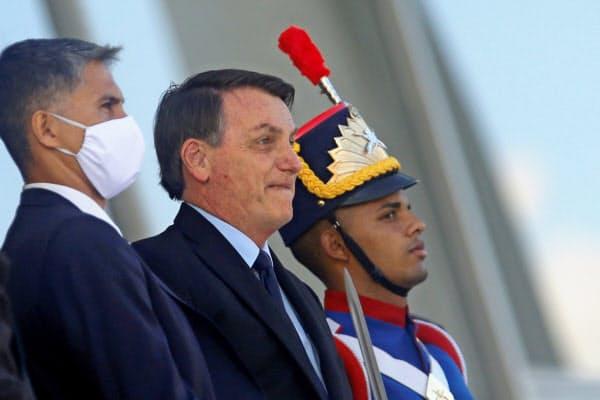ブラジルのボルソナロ大統領(中)(5日、ブラジリア)=ロイター