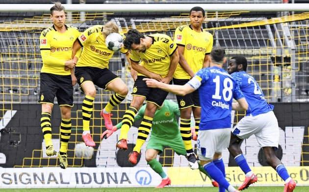再開したサッカーのドイツ1部リーグ。欧州では再開したリーグもあれば、シーズンを終わらせたリーグもある=ロイター
