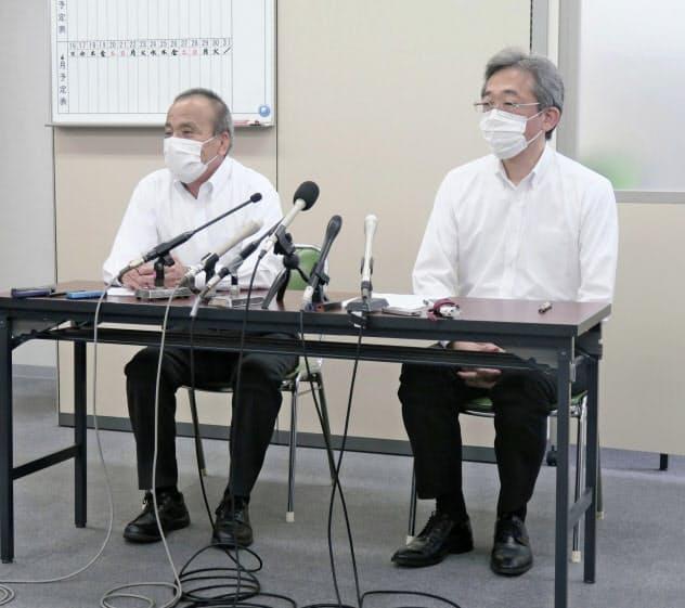 記者会見する大阪府高野連の吉岡宏会長(右)=共同