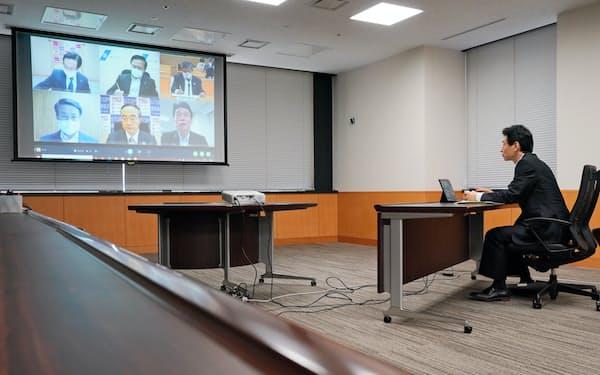 宣言発令中、全国知事会メンバーとテレビ会議で意見交換する西村経財相