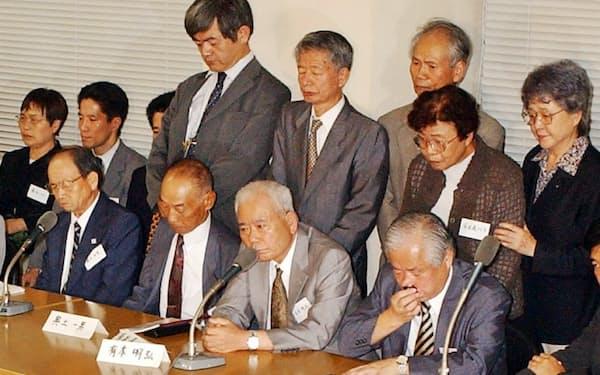 「8人死亡」が伝えられ、記者会見する横田滋さん(手前右)ら北朝鮮拉致被害者の家族(2002年9月、衆院第1議員会館)