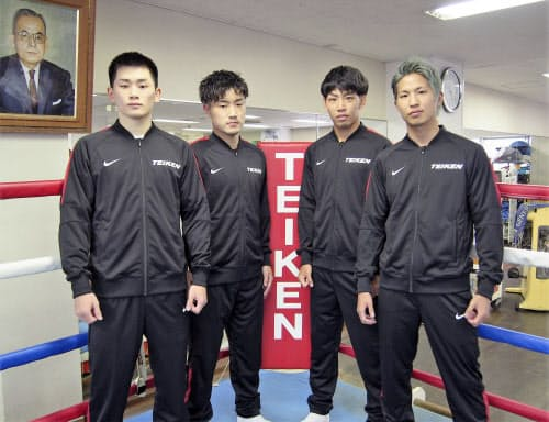 ボクシングでプロ転向を発表した(左から)嶋田淳也、藤田健児、村田昴、金子虎旦=帝拳ジム提供・共同