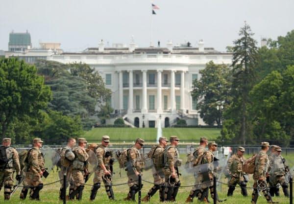 ホワイトハウス周辺の警備に当たる兵士ら(6日、ワシントン)=ロイター