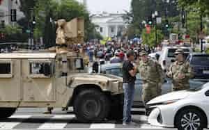 大規模デモを前にホワイトハウスの近くに集まった人たち(6日、ワシントン)=AP