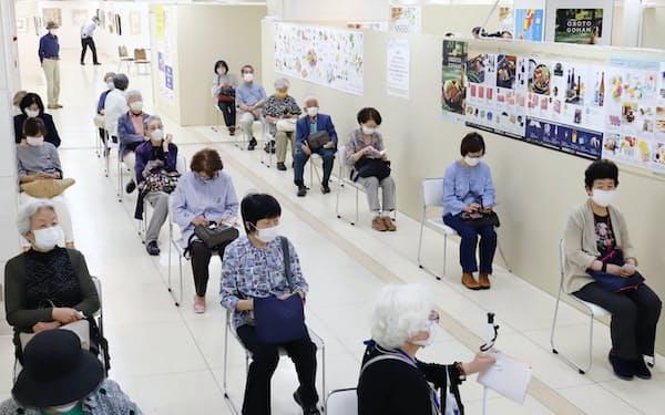 お中元の注文のため、間隔を空けて並ぶ人たち(5月、名古屋市中区の名古屋三越栄店)