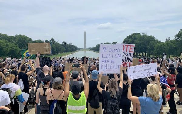 米リンカーン記念堂前の広場でも数千人が集まる抗議デモがあった(6日、ワシントン)