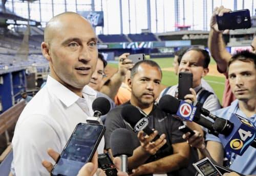 ヤンキースのデレク・ジーター(左)も引退後はマーリンズの最高経営責任者となった=AP