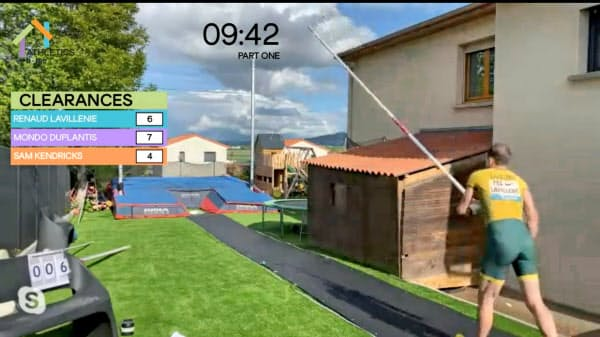 自宅で棒高跳びに挑むラビレニ。デュプランティスと優勝を分け合った(世界陸連提供)=ロイター