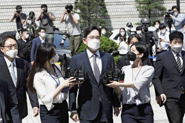 8日、ソウル中央地裁に入る李在鎔副会長=AP