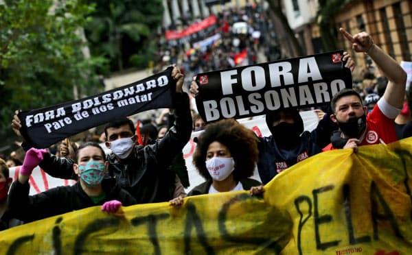 ボルソナロ大統領に抗議するデモ活動(7日、南部ポルトアレグレ)=ロイター