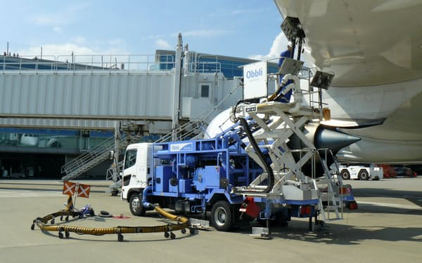 航空需要の落ち込みが石油市場の重荷に(ジェット燃料の給油風景)