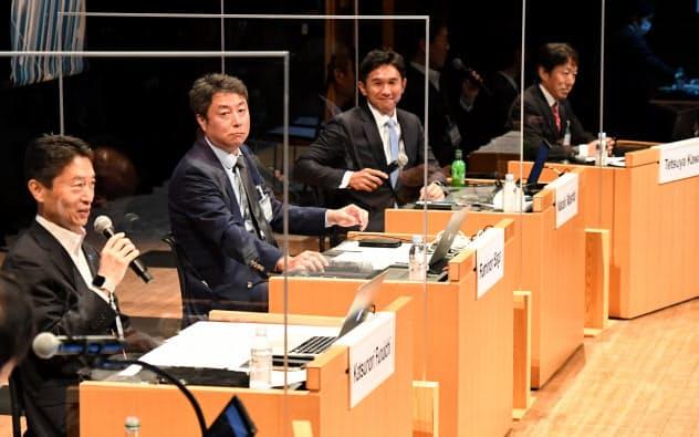討論する(右から)米クラウドストライクの河合哲也ジャパン・カントリー・マネージャー、ブイキューブの間下直晃創業者兼社長、「ZVC Japan」の佐賀文宣カントリーゼネラルマネジャー、「Box Japan」の古市克典社長(8日、東京・大手町)
