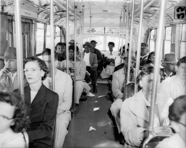 黒人と白人ではバス乗り場も席も分かれていた。街の日常風景の中で人種差別が露骨に見えていた=AP