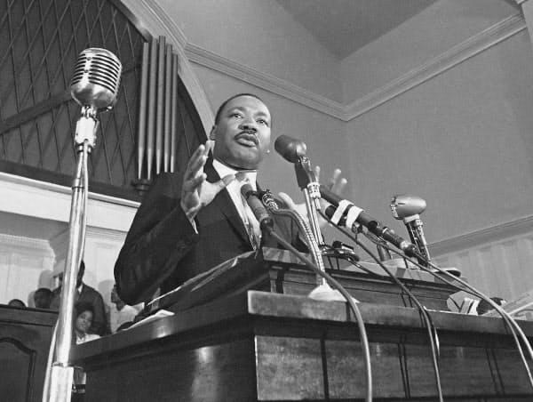 公民権運動のリーダーとして平和な抗議運動を続けたキング牧師は1968年に人種差別主義者の凶弾にたおれた=AP